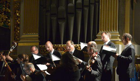 Capella des Freiberger Domchores vor der Silbermann-Orgel